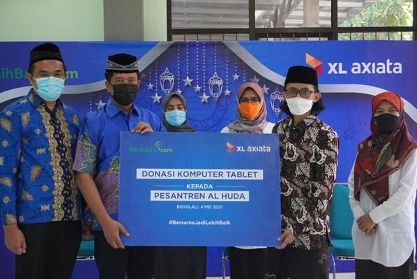 XL Axiata Donasikan 100 Laptop ke Pesantren