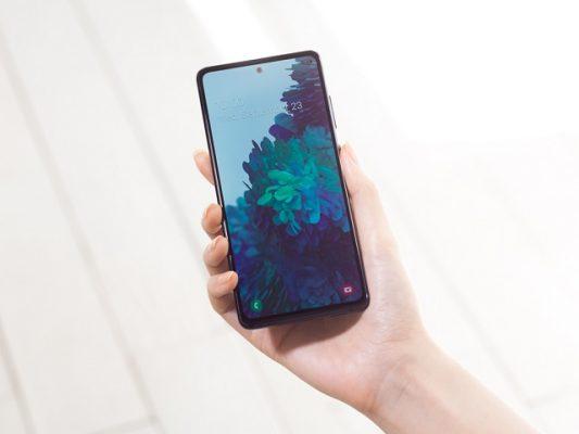 Layar lapang 6,5 inci dengan teknologi Super AMOLED Infinity-O dan resolusi FHD+ yang dimiliki Samsung Galaxy S20 FE varian terbaru ini juga dapat memanjakan mata para gamer.